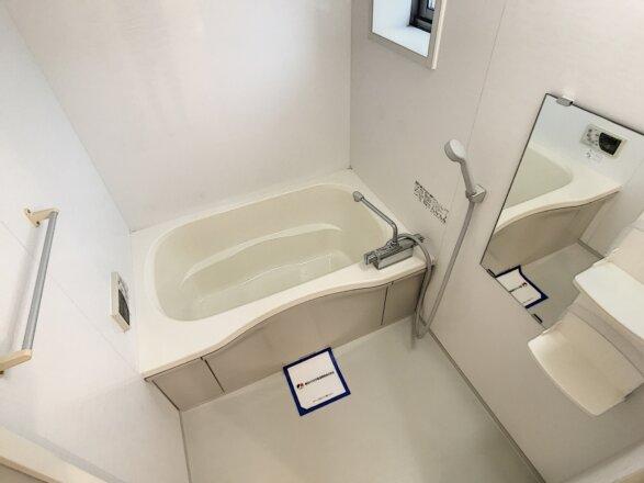 窓のあるバスルームです。追い炊き機能・浴室乾燥機設備付き。