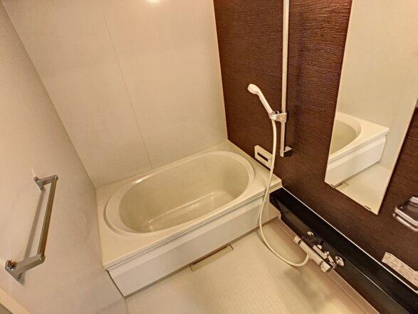 バスルームです。浴室乾燥機設備・追い炊き機能設備がございます。