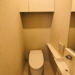 手洗い場のある温水洗浄便座のトイレです。