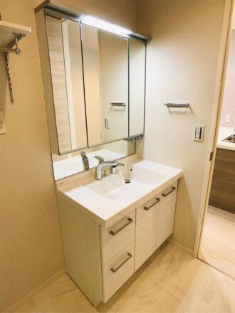 三面鏡の独立洗面化粧台です。