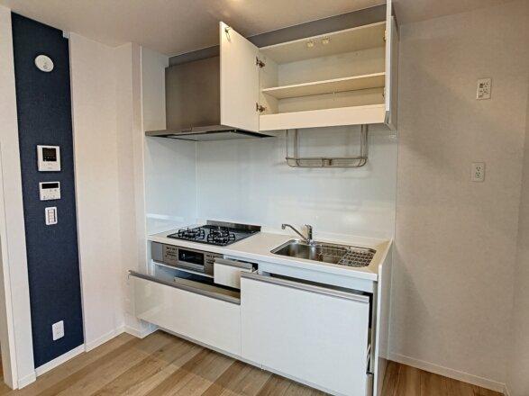 システムキッチンです。3口ガスコンロ・グリル付き。